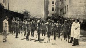 gehschule-fuer-kriegsinvalide-im-kriegsspital-ottakring-1915-aus-der-ausstellung-wohin-der-krieg-fuehrt-wien-im-ersten-weltkrieg-in-der-bibliothek-im-rathaus-in-wien